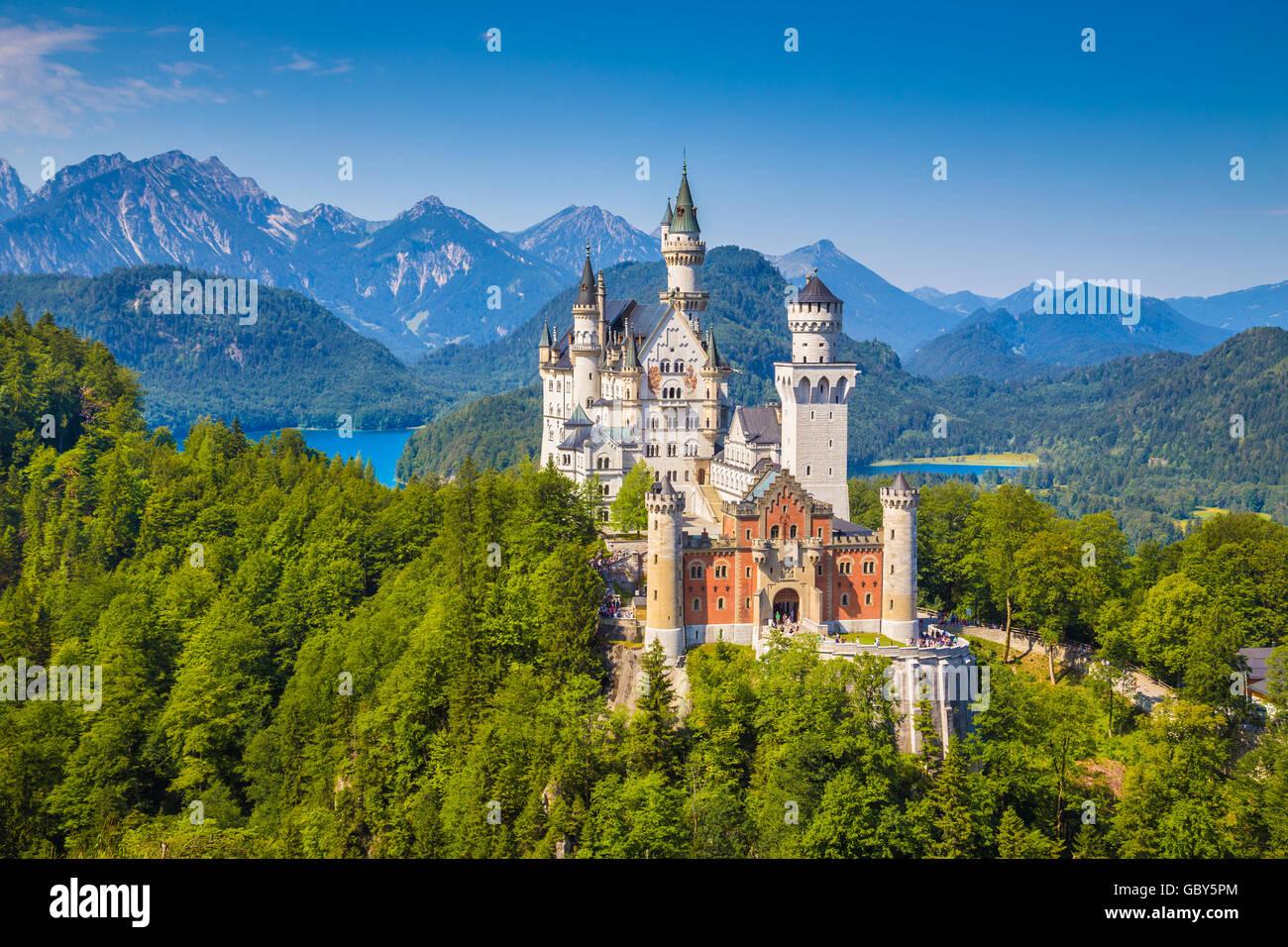 Schöne Aussicht auf das weltberühmte Schloss Neuschwanstein, einer der meist besuchten Burgen Europas, Stockbild