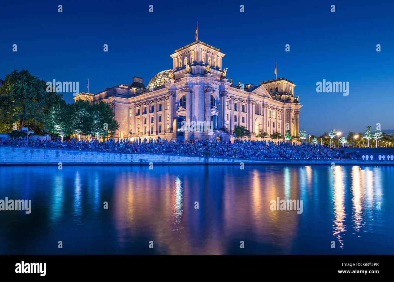 Klassische Ansicht des berühmten Reichstagsgebäude reflektiert in Spree entlang in der Dämmerung Stockbild