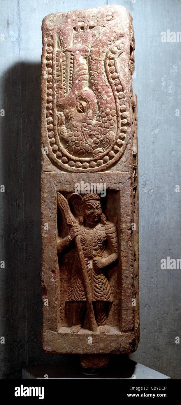 feine Künste, Indien, Krieger mit Lanze, oben: Makara (Seeungeheuer), Relief, Mathura Stein, 2. bis 4. Jahrhundert Stockbild