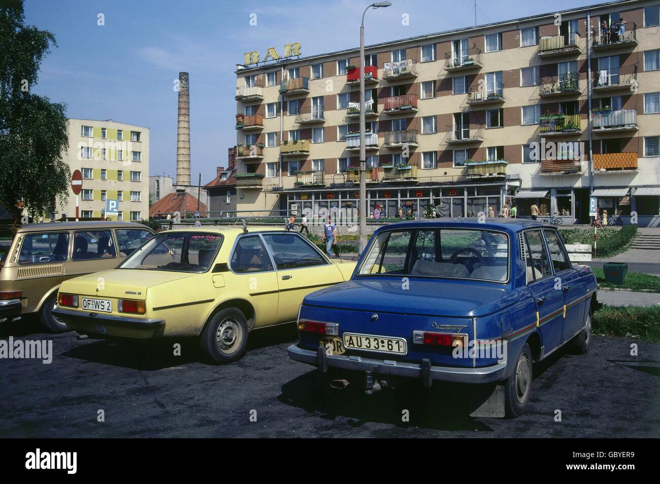 verkehr transport auto trabant trabbi mit nummernschild der ddr aue neben westdeutschen. Black Bedroom Furniture Sets. Home Design Ideas