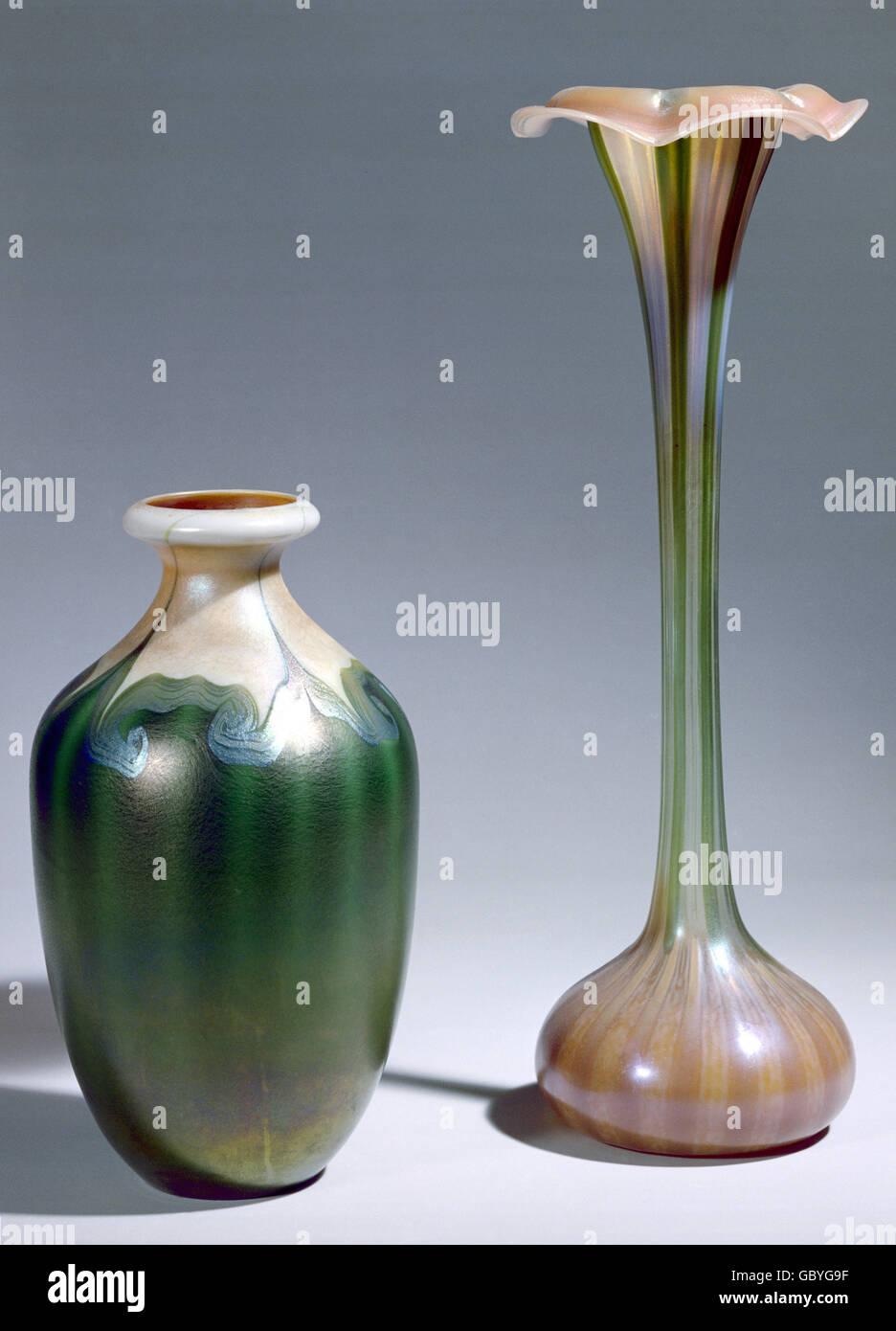 bildende kunst jugendstil vase zwei vasen die aus favrile glas tiffany new york 1900. Black Bedroom Furniture Sets. Home Design Ideas