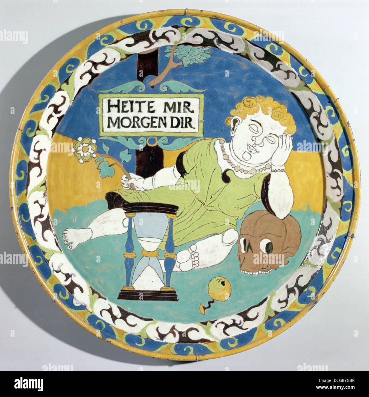 Bildende Kunst, Keramik, Putto auf einem Totenkopf, glasierte Platte aus Lehm, Neiße, 16. Jahrhundert, Museum Stockbild