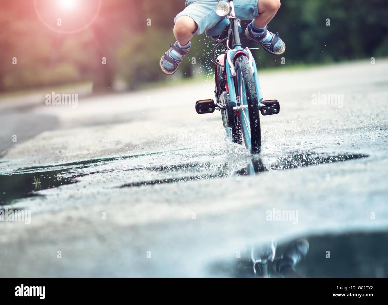 Kind auf dem Fahrrad Stockbild