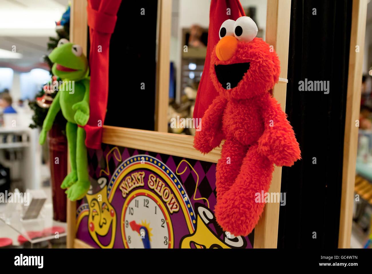 Sesame Street Charakter Spielzeug im Spielzeugladen - USA Stockfoto ...