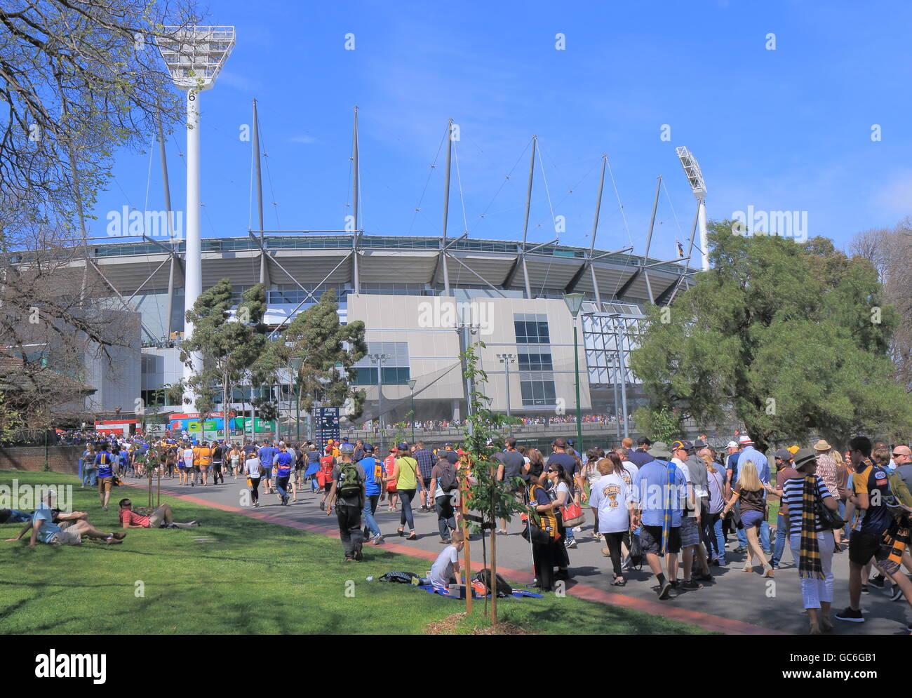 Die Leute besuchen MCG für AFL final Haarwild in Melbourne Australien. Stockbild