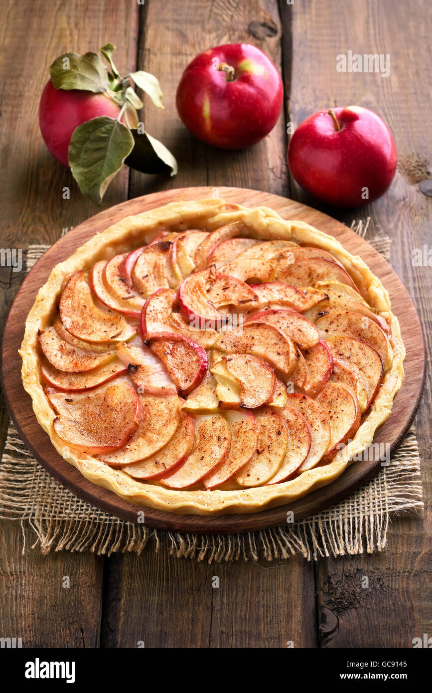 Obst backen, Apfelkuchen auf Holztisch Stockfoto