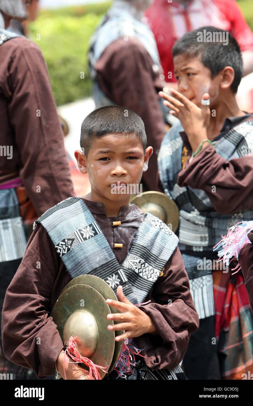 Ein Musiker Einer Traditionellen Tanz Gruppe weitergeleitet Sitsch eine der Festparade Beim Bun Bang Fai Oder Rocket Stockbild