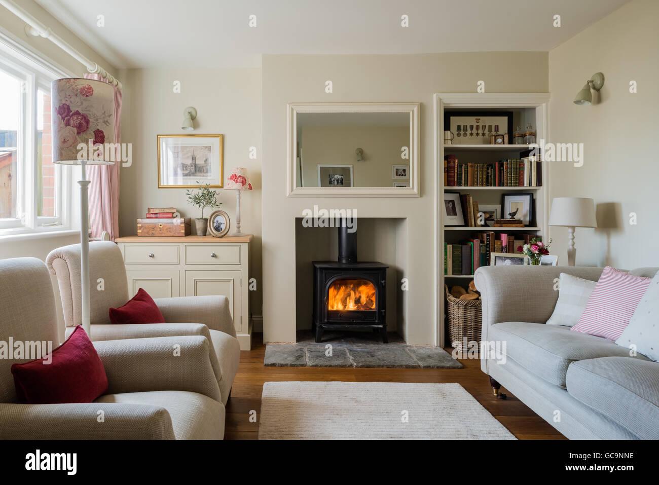 Gemütliche Hütte Wohnzimmer Mit Holzofen Und Leinen Gepolstertes Sofa