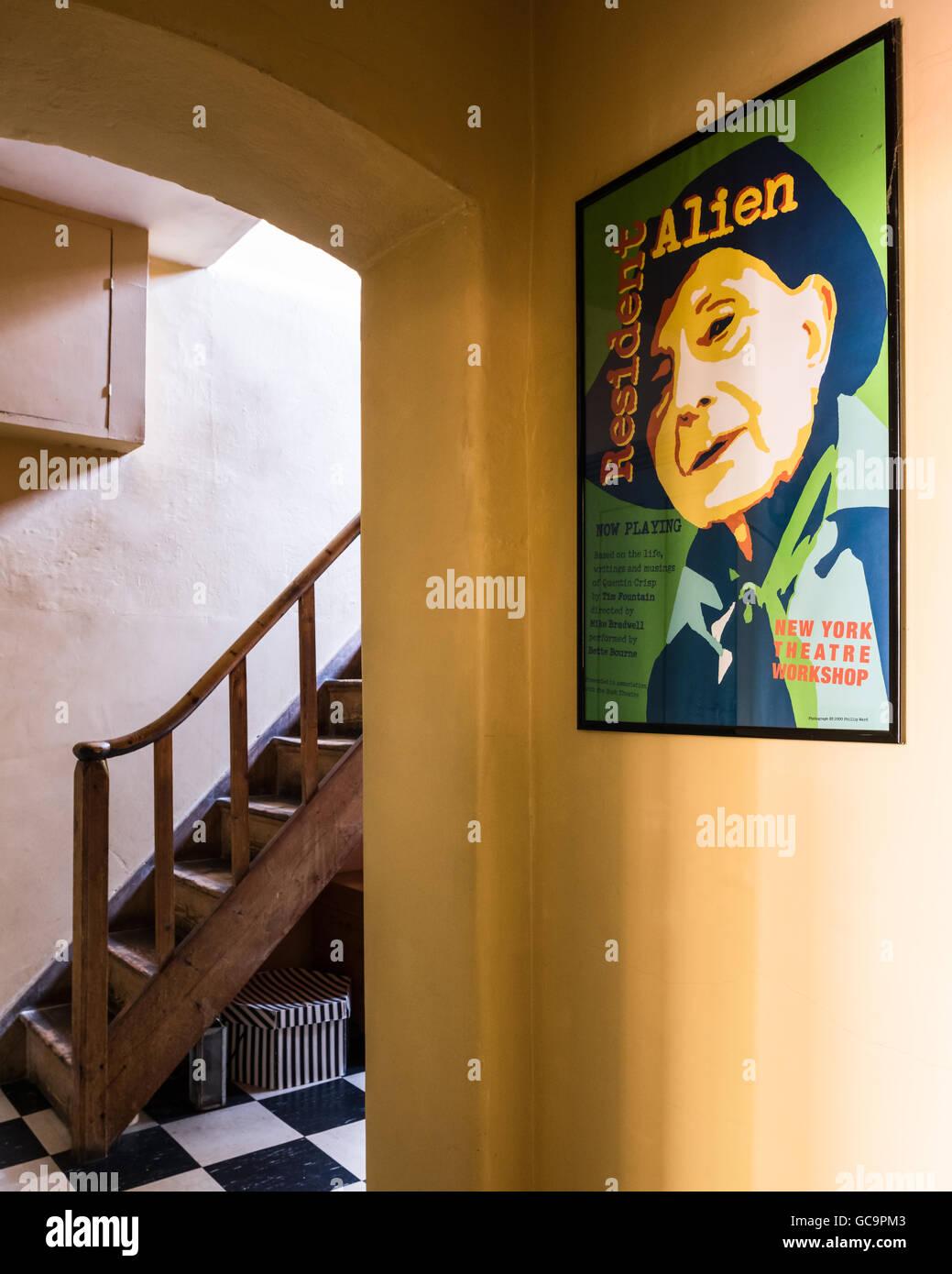 Holztreppe und gerahmte Pop-Art in Pastell Flur Nottinghill ...
