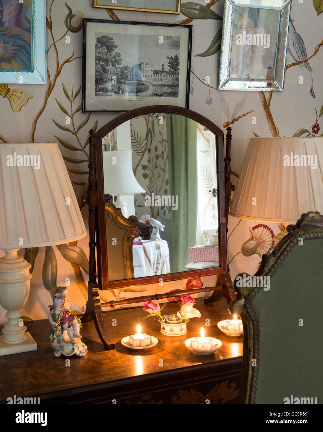 Teelichter im Schlafzimmer der denkmalgeschützte, Victorian Gothic Carlton Towers, East Riding, Spiegel Stockbild