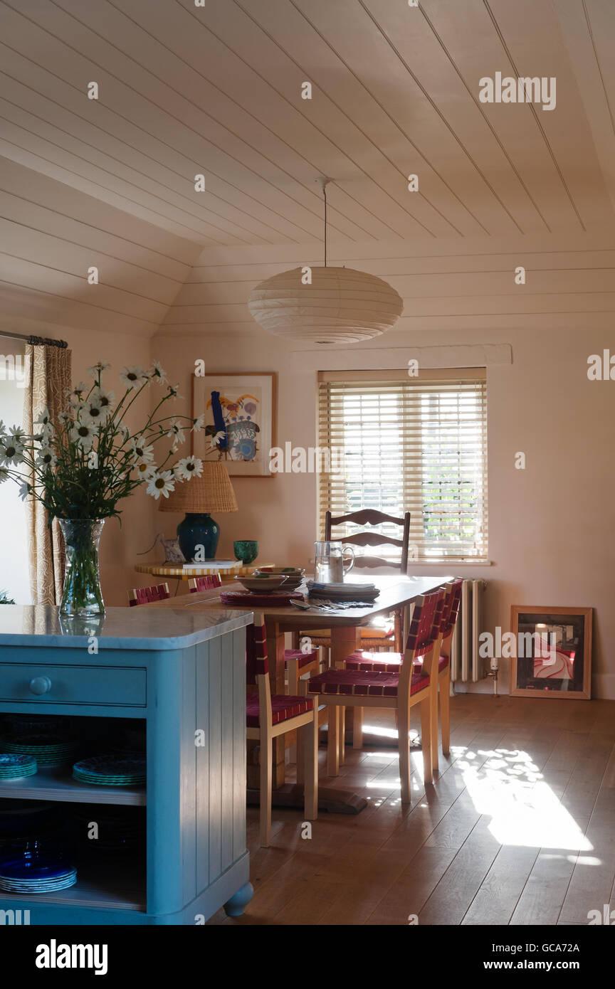 Offene Küche Esszimmer. Die Stühle sind von Alvar Aalto und der ...
