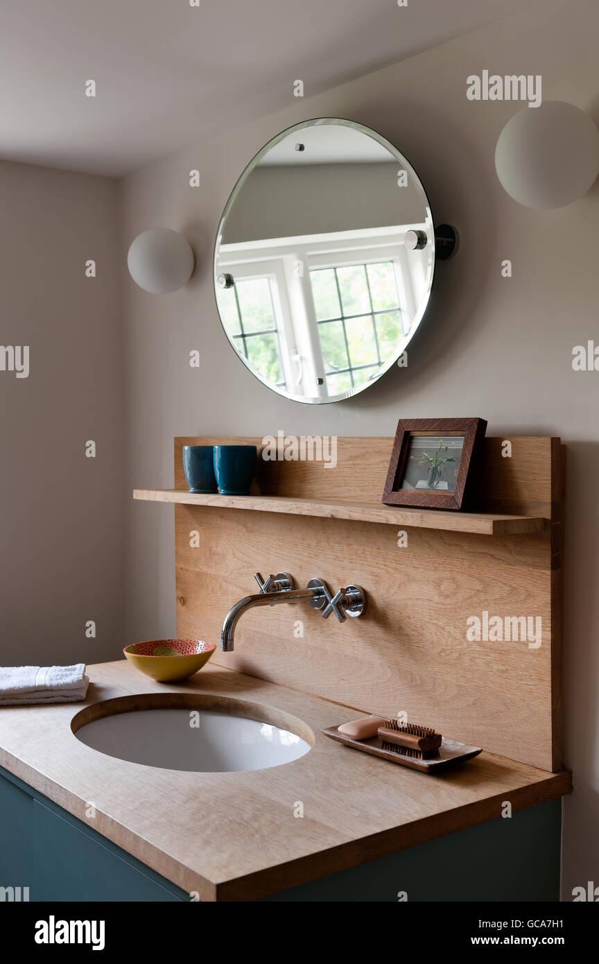 Eiche Waschtisch Im Badezimmer Mit Runder Spiegel Stockfoto Bild