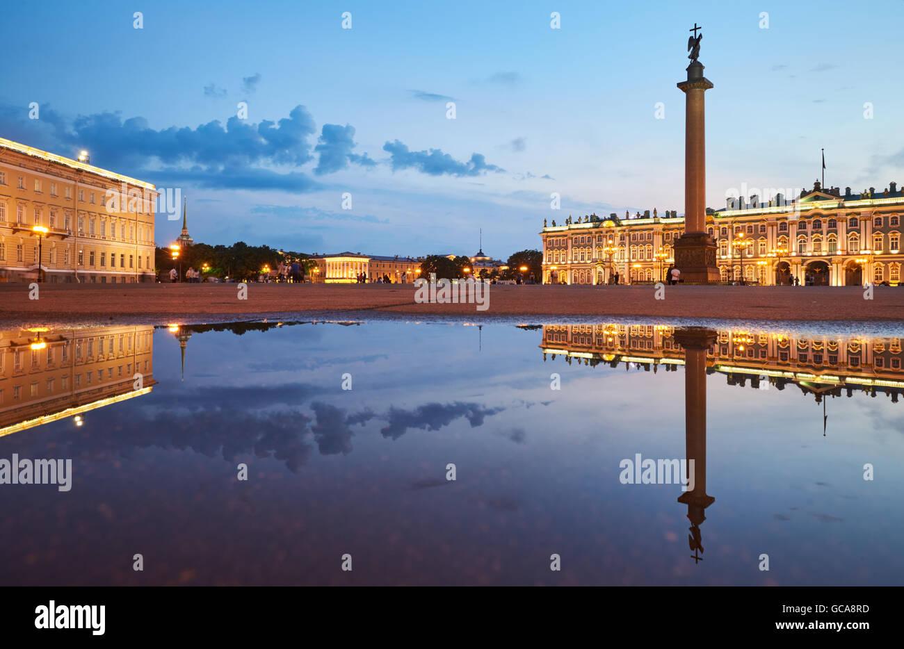 Russland, Sankt-Petersburg, 3. Juli 2016: Schlossplatz mit Nachtbeleuchtung, Winterpalast, Eremitage, Alexander Stockbild