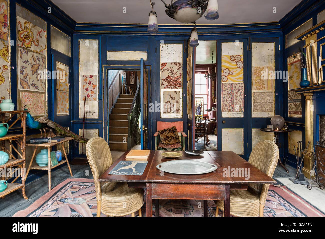 Rouen Seide Velours Muster auf Wandpaneele in Salon mit reichen blau ...