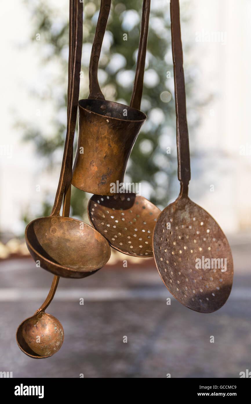 Alte Kupfer Küchenutensilien hängen im Fenster Stockfoto, Bild ...