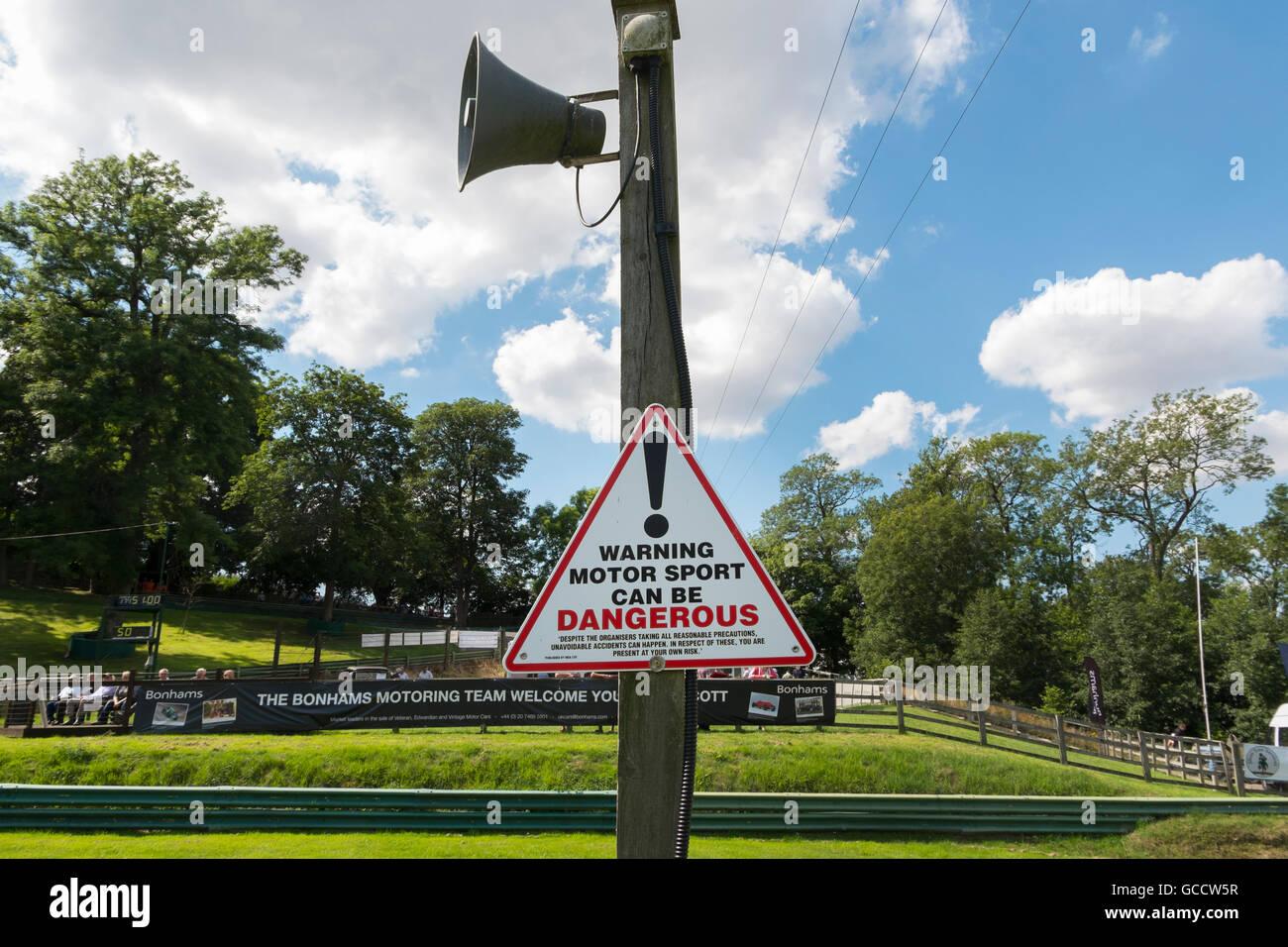 Zeichen, die Warnung, dass der Motorsport bei der VSCC Veranstaltung am Prescott Hill Climb, Gloucestershire, UK Stockbild