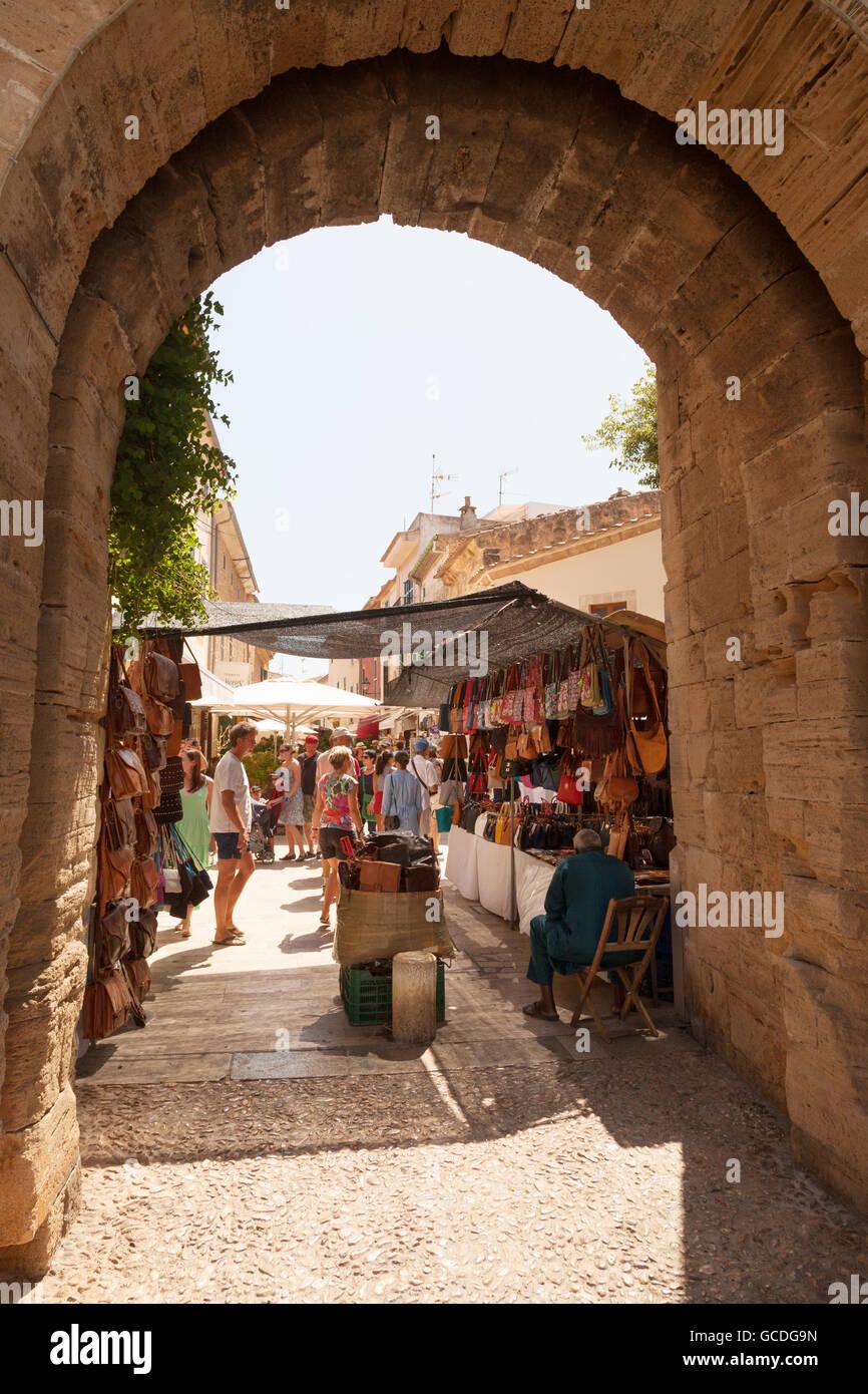 Markt in Alcudia Altstadt gesehen durch einen Bogen in die Stadtmauer, Altstadt Alcudia, Mallorca (Mallorca), Balearen, Stockfoto