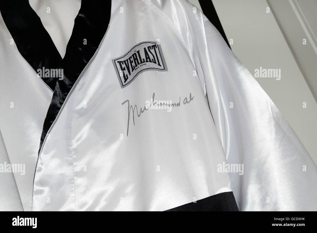 Boxen-Gewand getragen und dann unterzeichnet von Muhammad Ali Stockbild