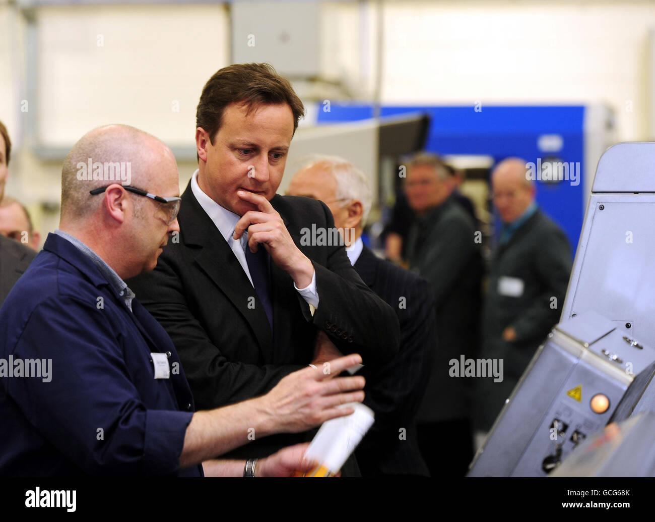 Premierminister David Cameron besucht die Fertigungshalle, während die Arbeiten im Surgical Innovations-Gebäude in Leeds, dem Hersteller von Hightech-medizinischen Geräten, weitergeführt werden. Stockfoto