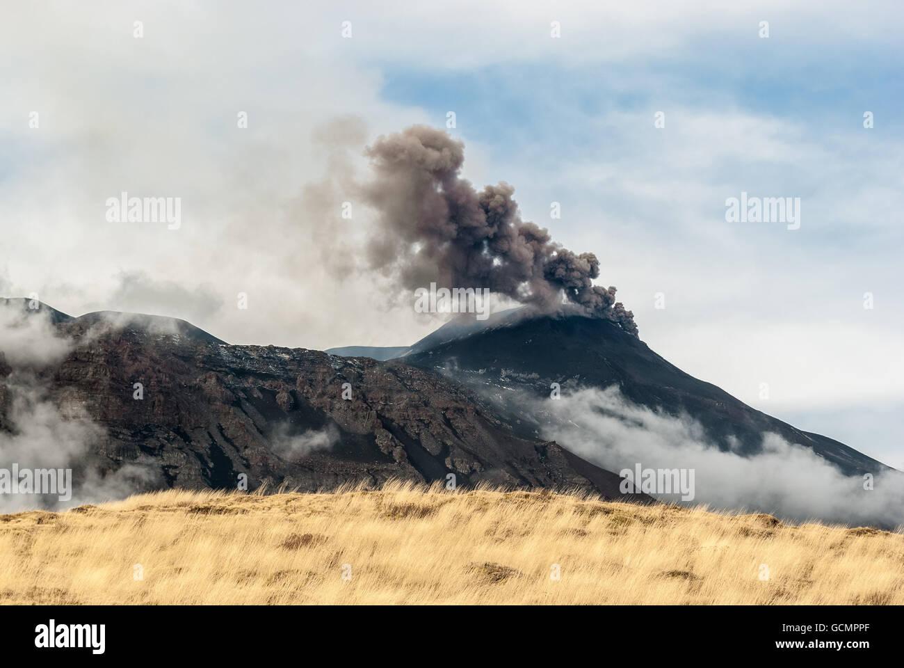 Asche-Emission aus dem Süd-Ost Krater auf Vulkan Ätna nach dem Ende des einen Paroxysmus am 4. Dezember Stockbild