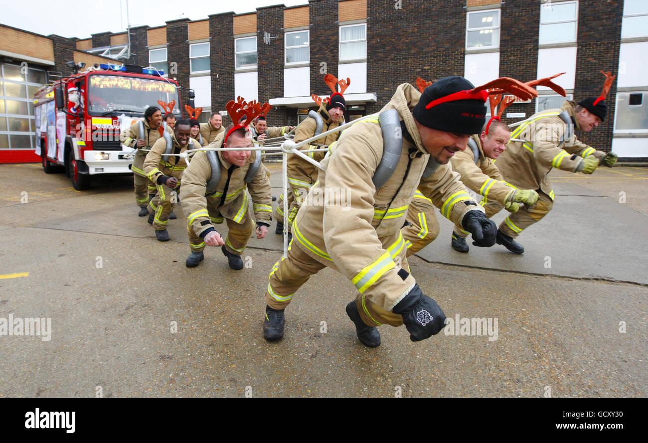 Feuerwehrleute von Green Watch in der Hove Fire Station, East Sussex machen Sie sich bereit, ein 10 Tonnen schweres Stockfoto