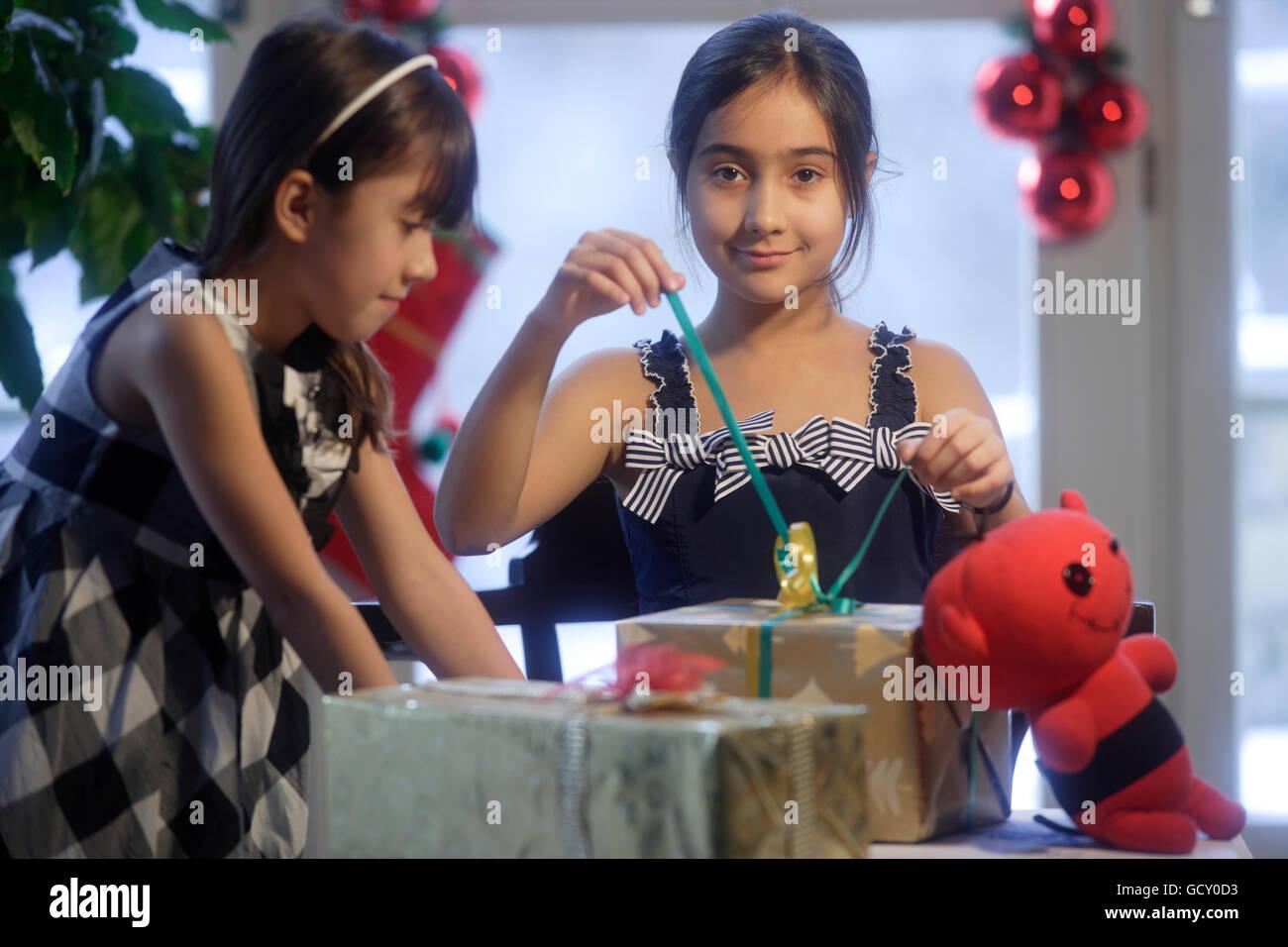 Zwei Mädchen, Schwestern, 10 und 12 Jahre, Weihnachtsgeschenke ...