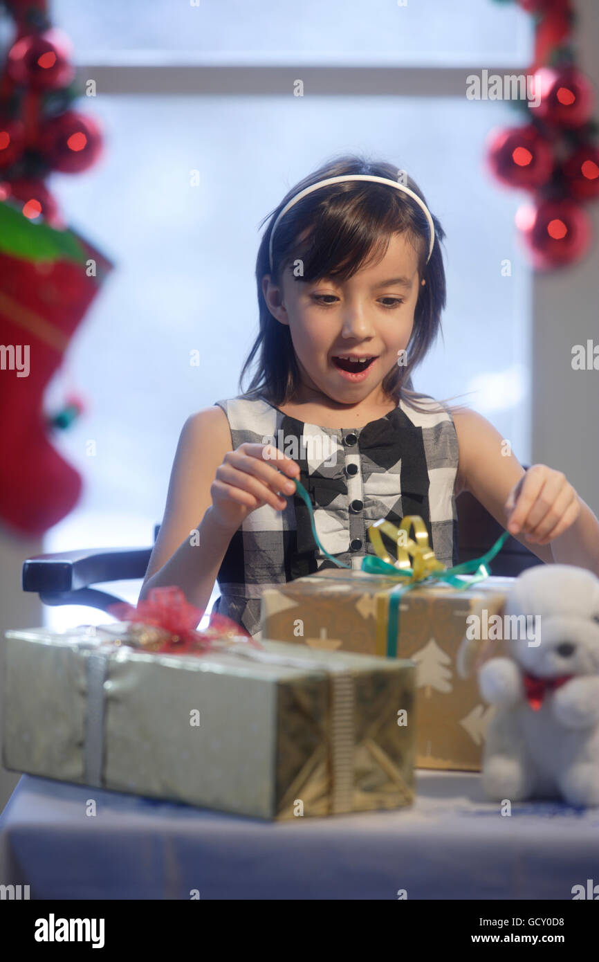 Mädchen, 10 Jahre, Weihnachtsgeschenke auspacken Stockfoto, Bild ...