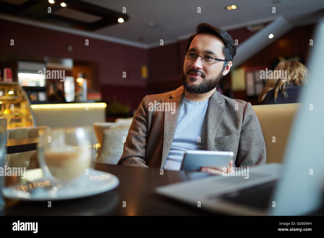 Mann im café Stockfoto