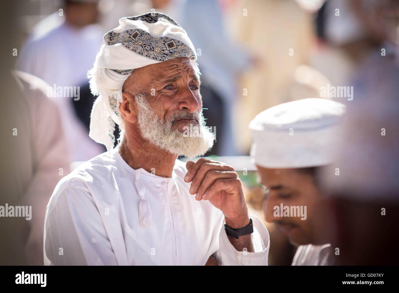 NIZWA, OMAN - 24 APRIL 2015:Omani Greis auf dem traditionellen Markt oder Souk in Nizwa, Oman. Stockbild