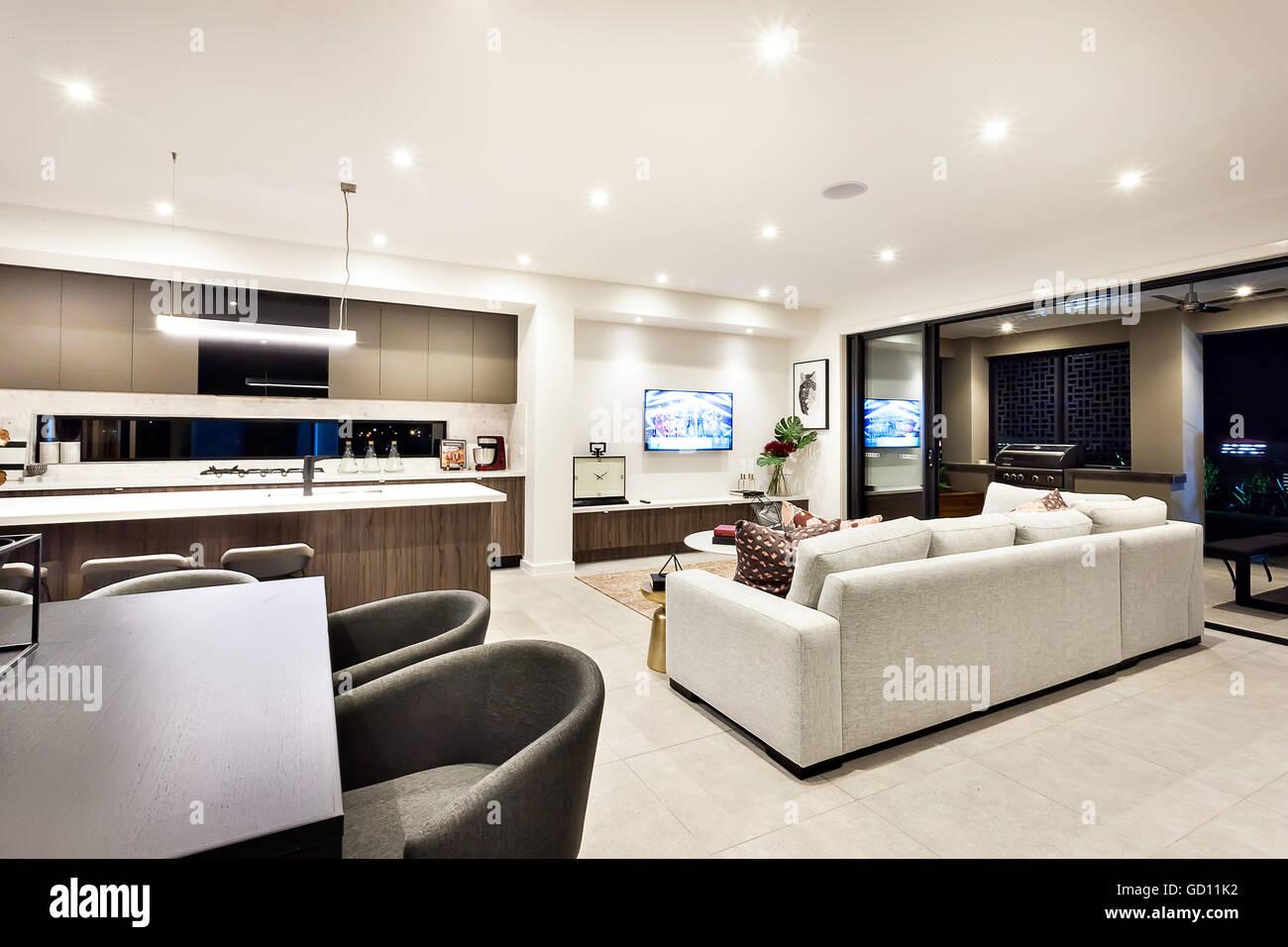 Modernes Wohnzimmer Mit Fernseher Und Sofas Und Kissen Neben Einem  Essbereich Und Küche, Es Gibt Einen Eingang Für Eine Externe