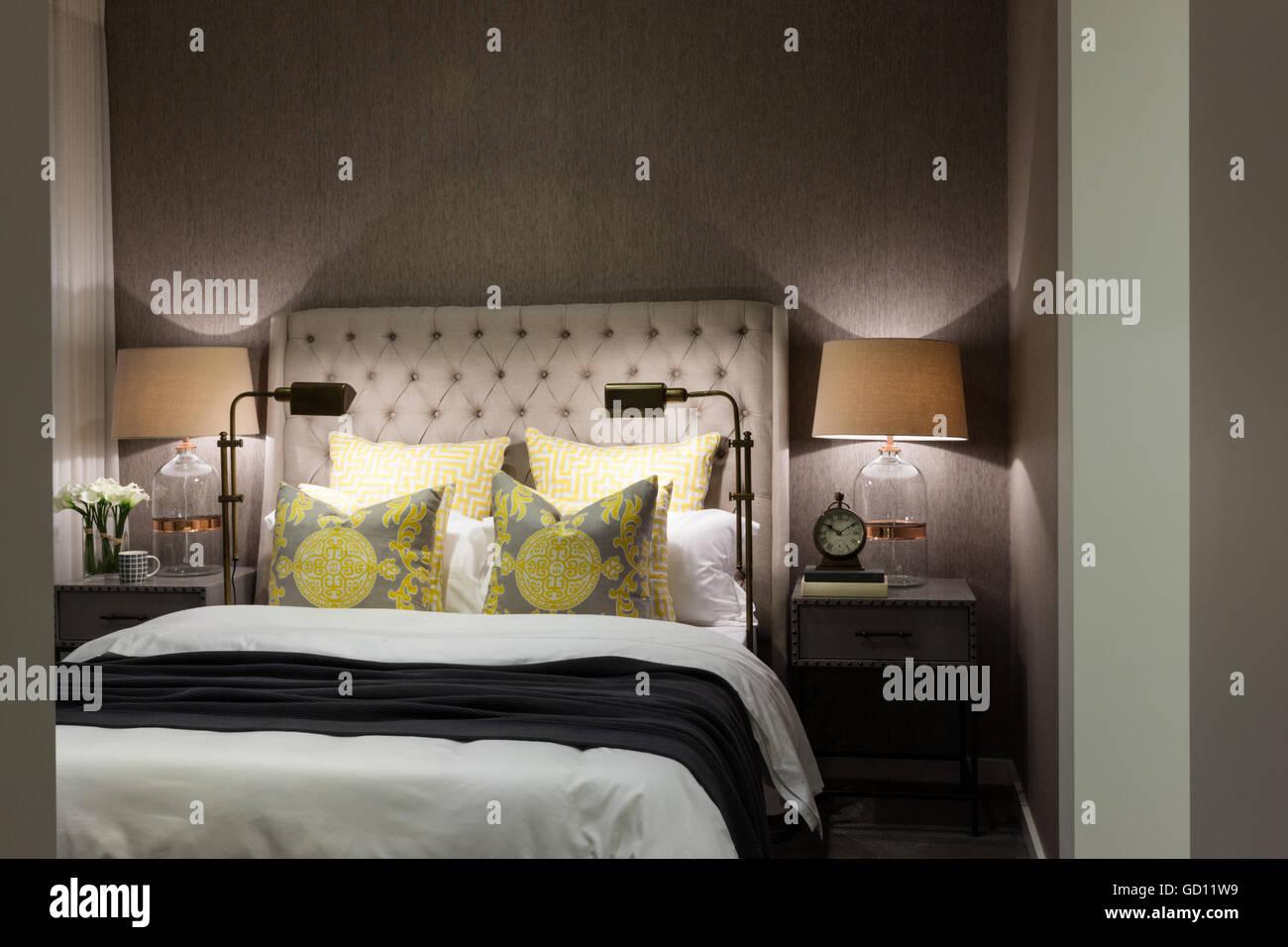 Luxus Schlafzimmer inklusive Kissen und Bettwäsche mit Tischleuchten ...