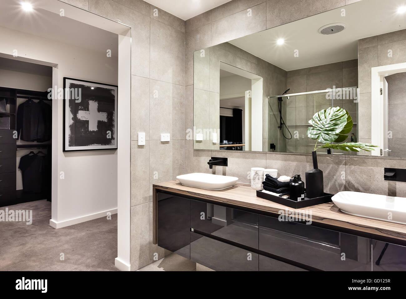 Modernes Bad Closeup Zu Einem Spiegel Und Gegenstrom Waschbecken Und  Handtücher Neben Flüssigseife, Ankleidezimmer Ist Bunt.