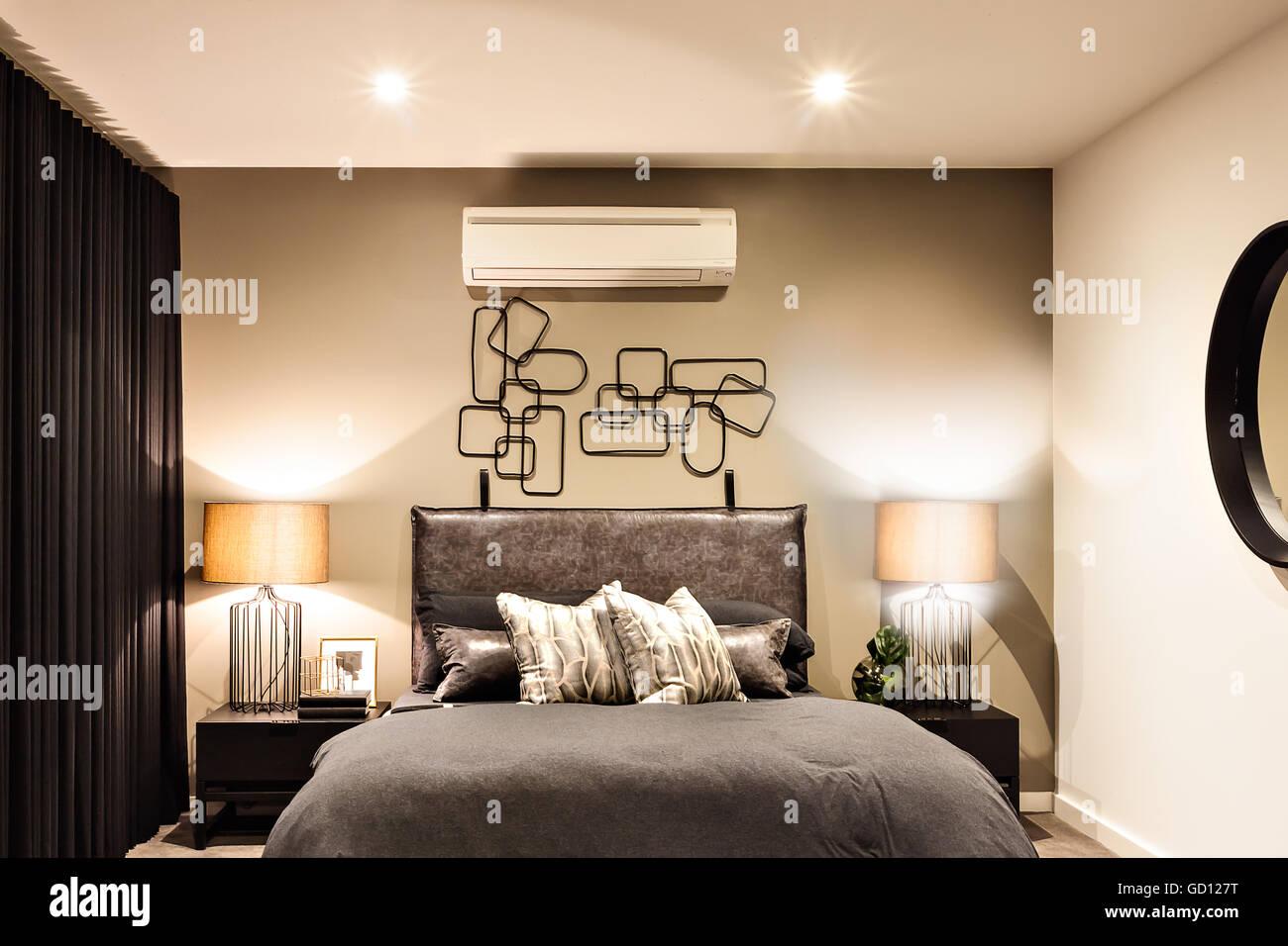 Moderne Schlafzimmer inklusive blinkende Tischleuchten mit ...