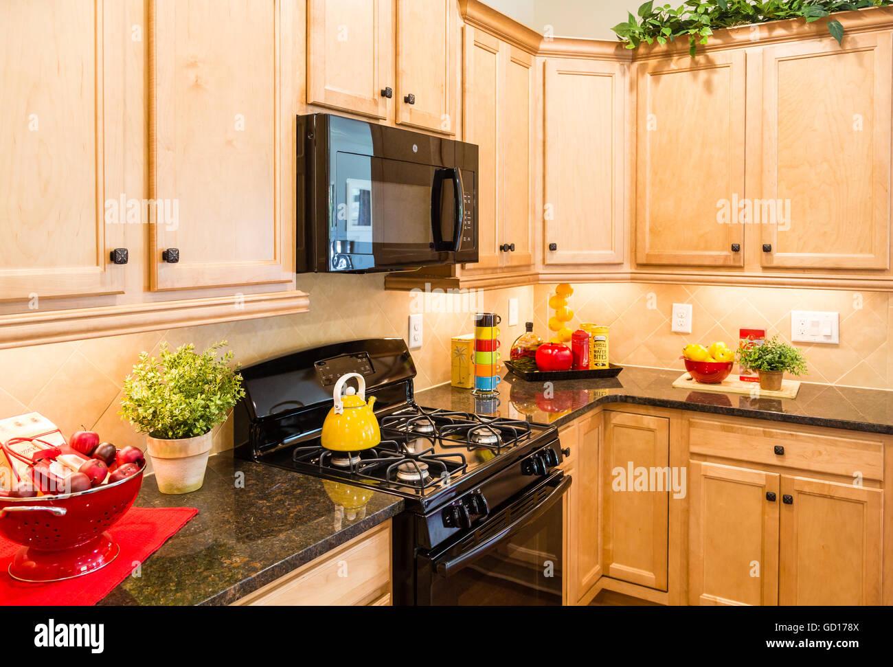Beste Küche Wandfarben Mit Weißen Schränken Und Schwarzen Geräten ...