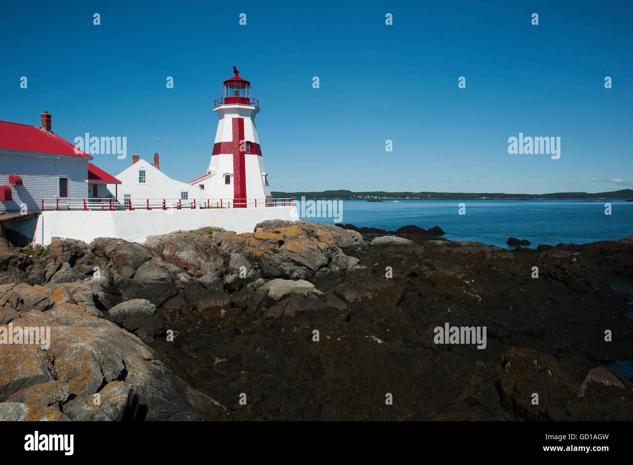 Hafen Head Lighthouse bei Ebbe auf einer ruhigen Sommertag. Es ist bekannt für in einem unverwechselbaren lackiert Stockbild
