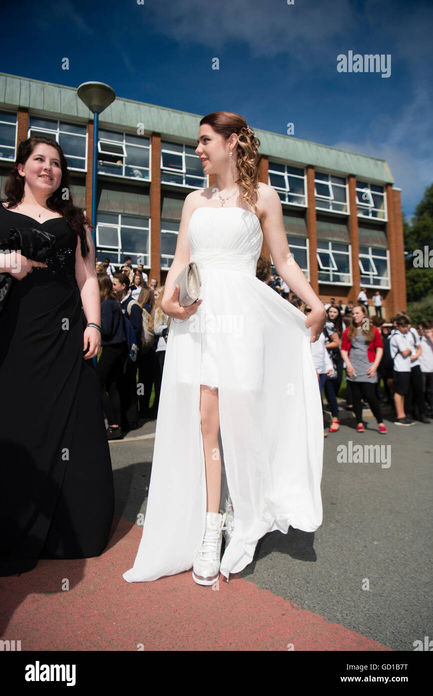 Young Women In Prom Dresses Stockfotos & Young Women In Prom Dresses ...