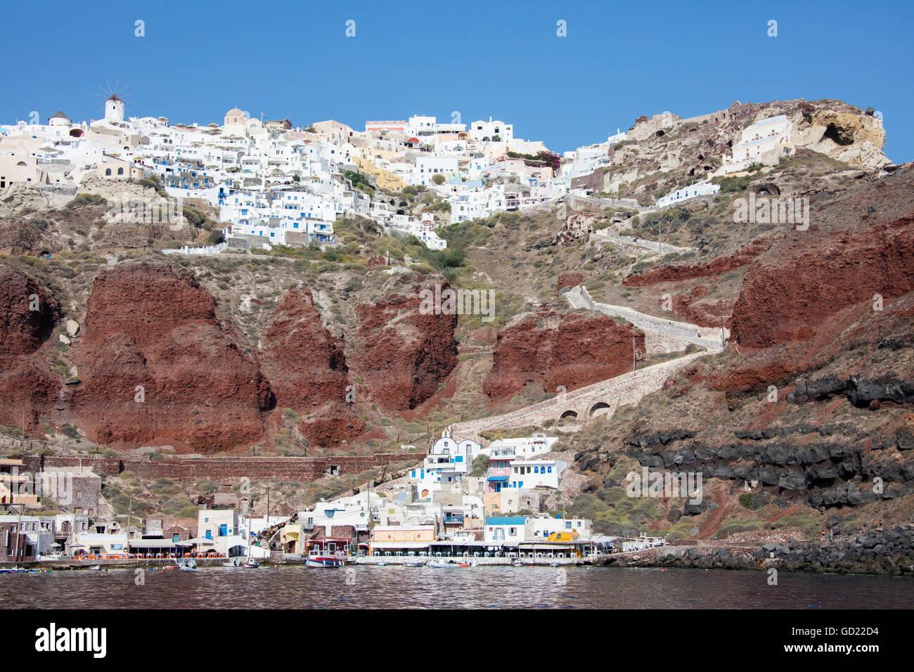 Typisches griechisches Dorf thront auf Vulkangestein mit weißen und blauen Häuser und Windmühlen, Stockbild