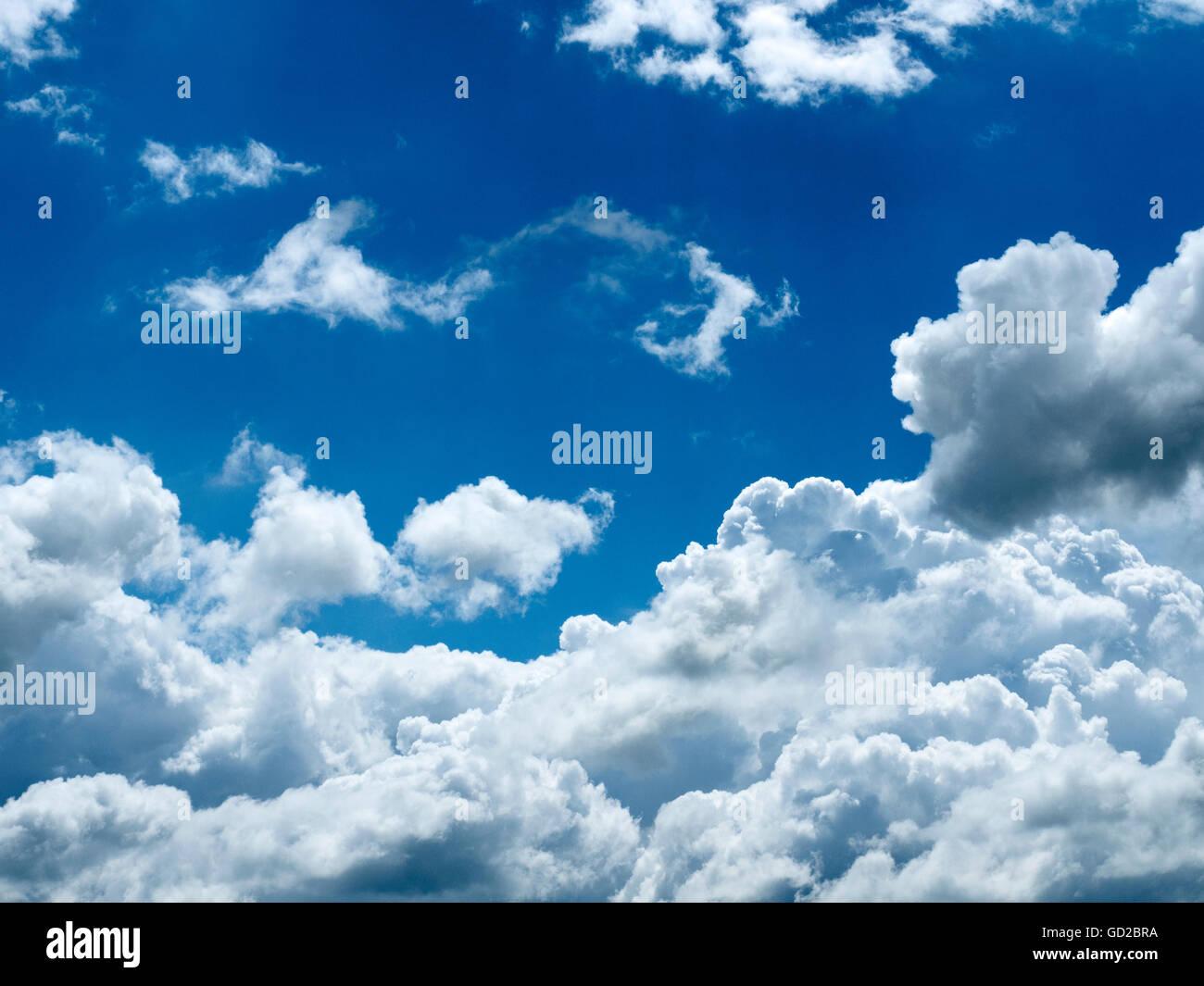 Blauer Himmel mit weißen Wolken über Malham Yorkshire Dales England Stockbild