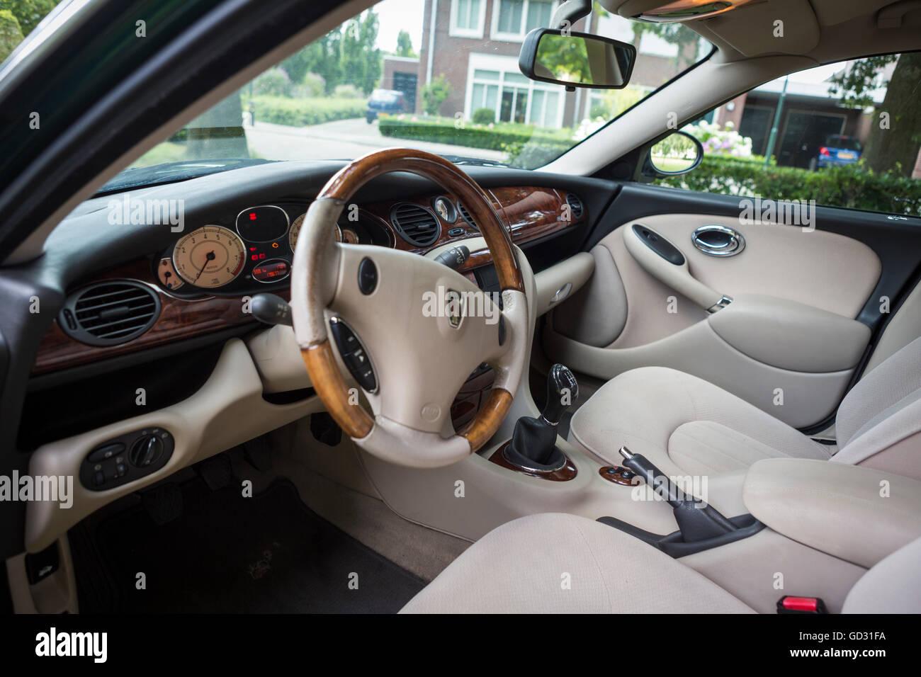 Rover 75-Innenraum mit einer Walnuss-Dashboard-Farbe grün Stockfoto ...