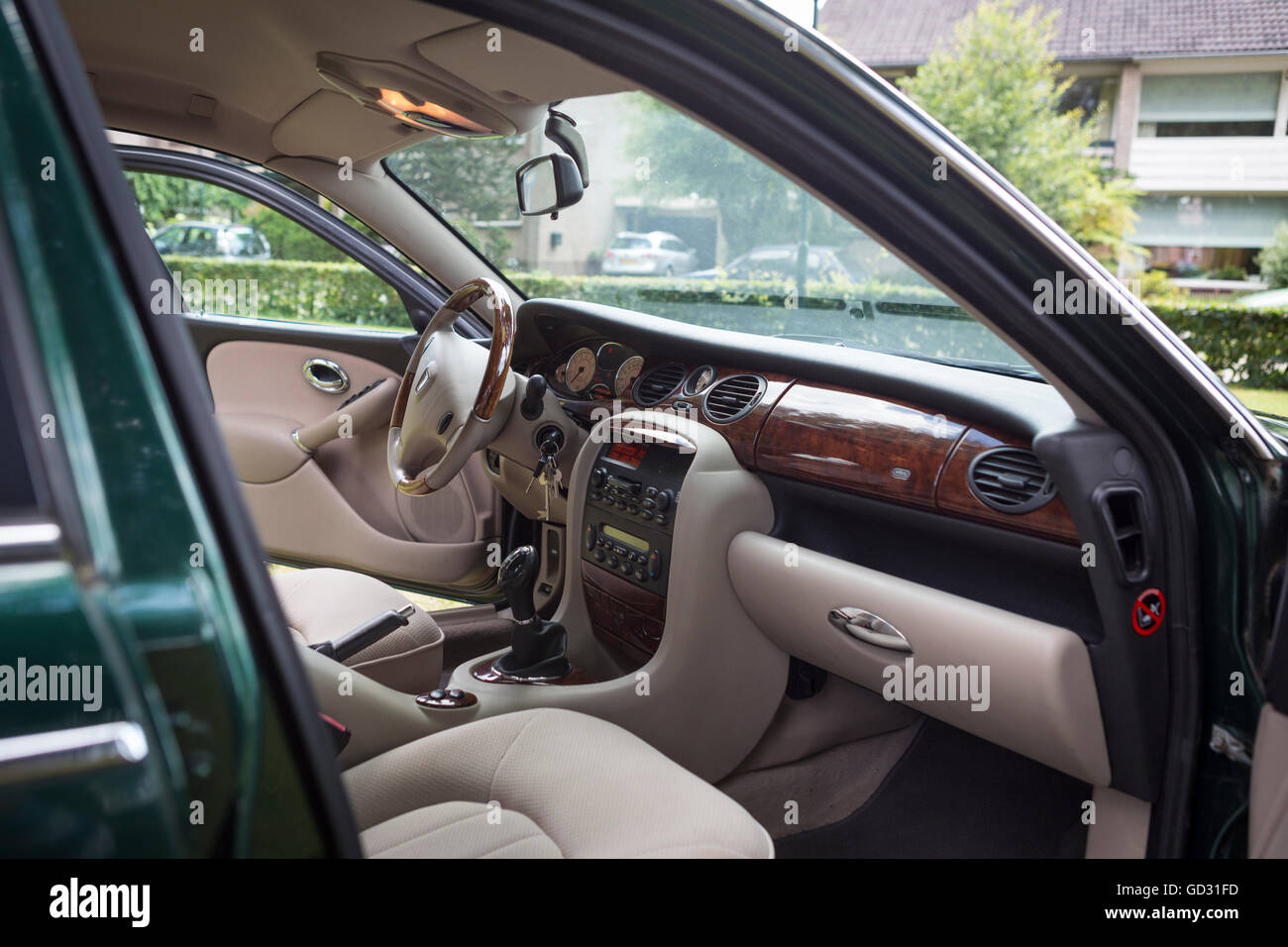 rover 75 auto innenfarbe grn mit einer walnuss dashboard stockbild