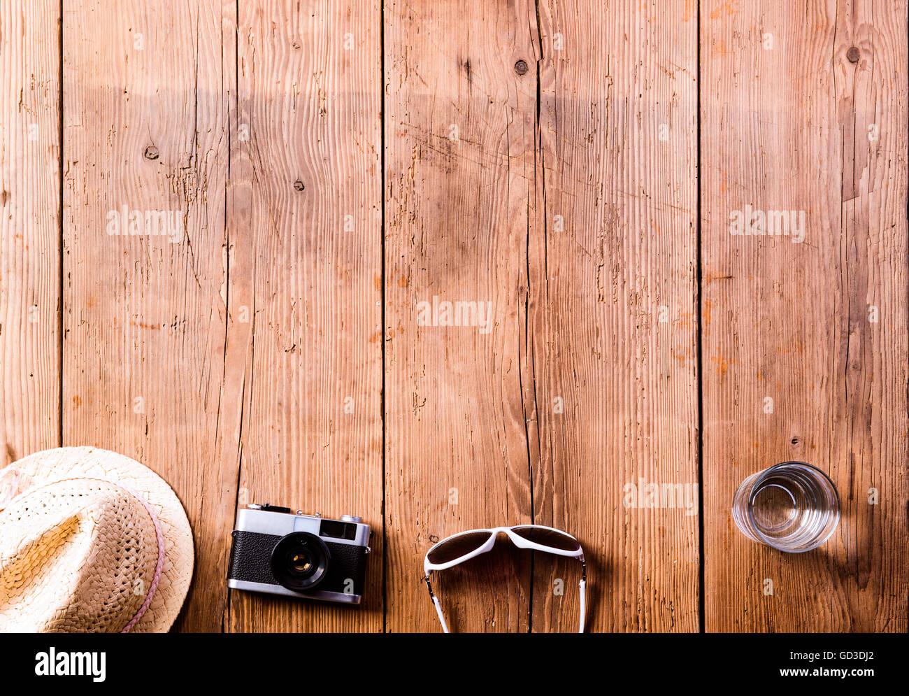 Sommer Urlaub Zusammensetzung. Hut, Kamera, Sonnenbrille, Wasser ...