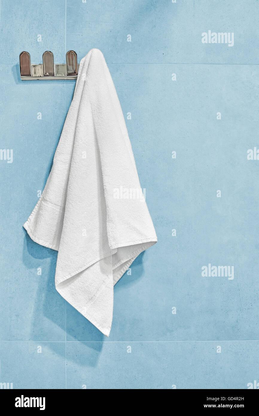 Weißes Handtuch aufhängen an einer Wand im Badezimmer ...