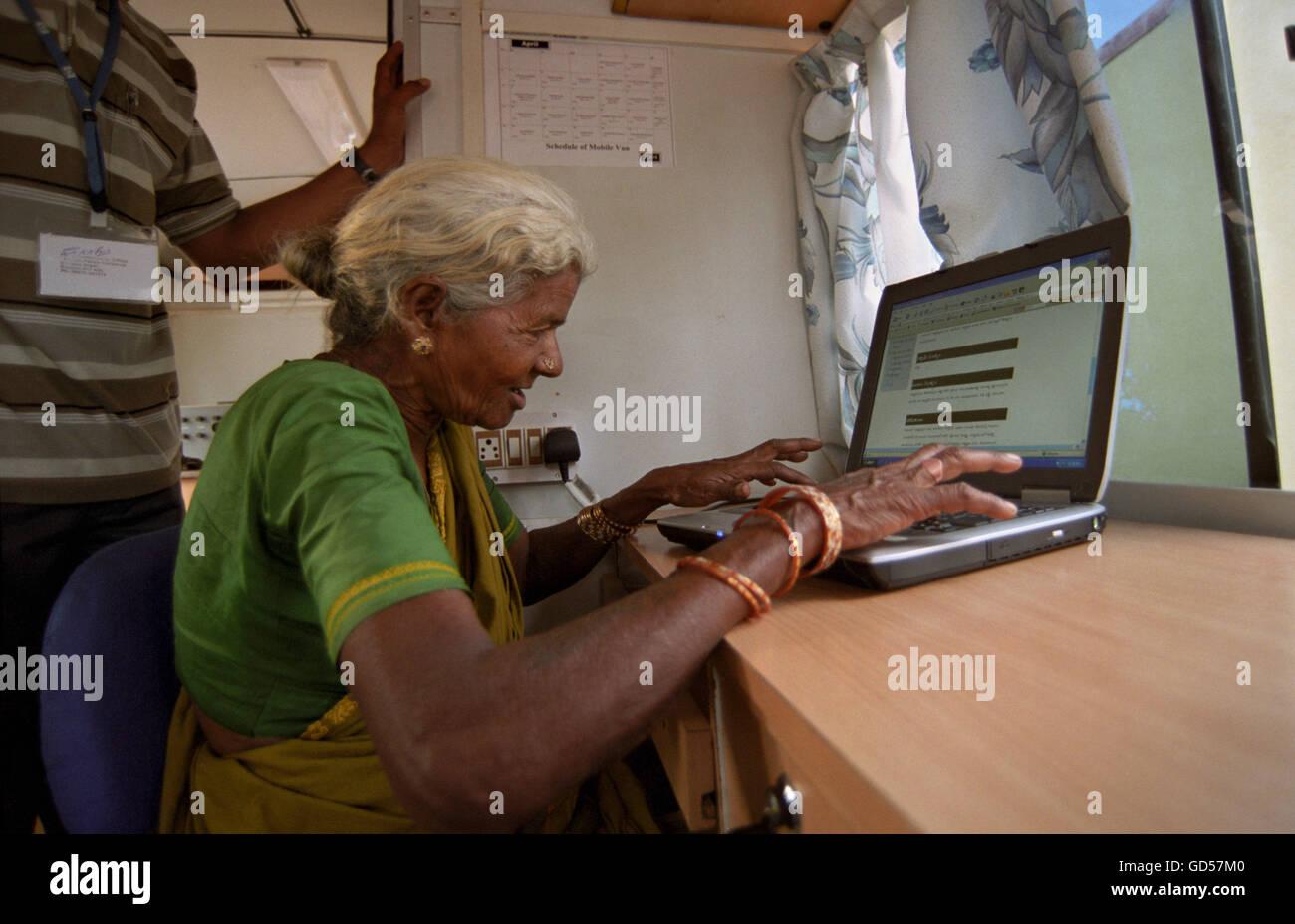 Unterrichten Computer für eine alte Frau Mann Stockfoto
