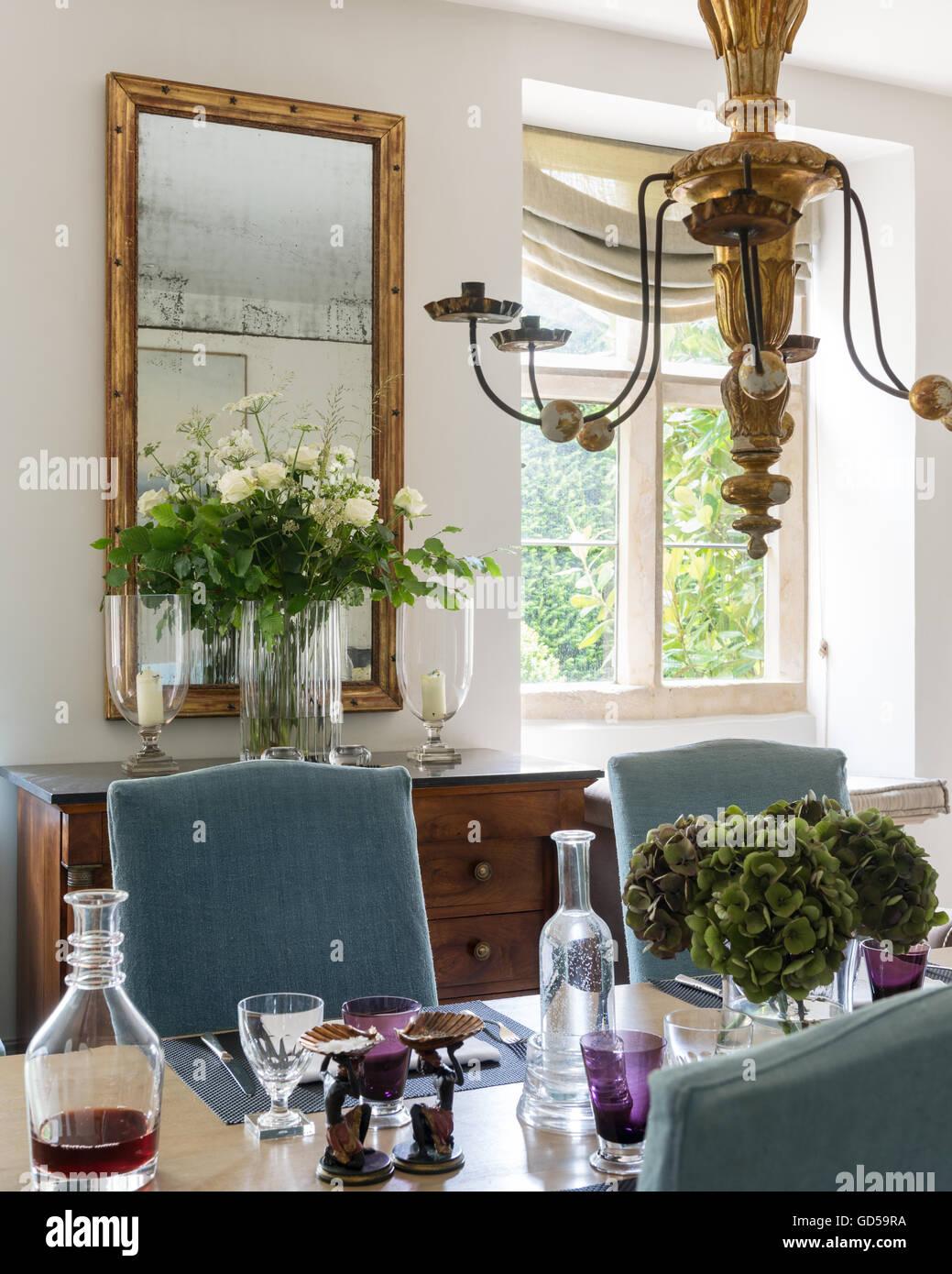 Leinen Abgedeckt Stühle In Offene Küche Esszimmer Mit Vergoldeten Decke  Kandelaber