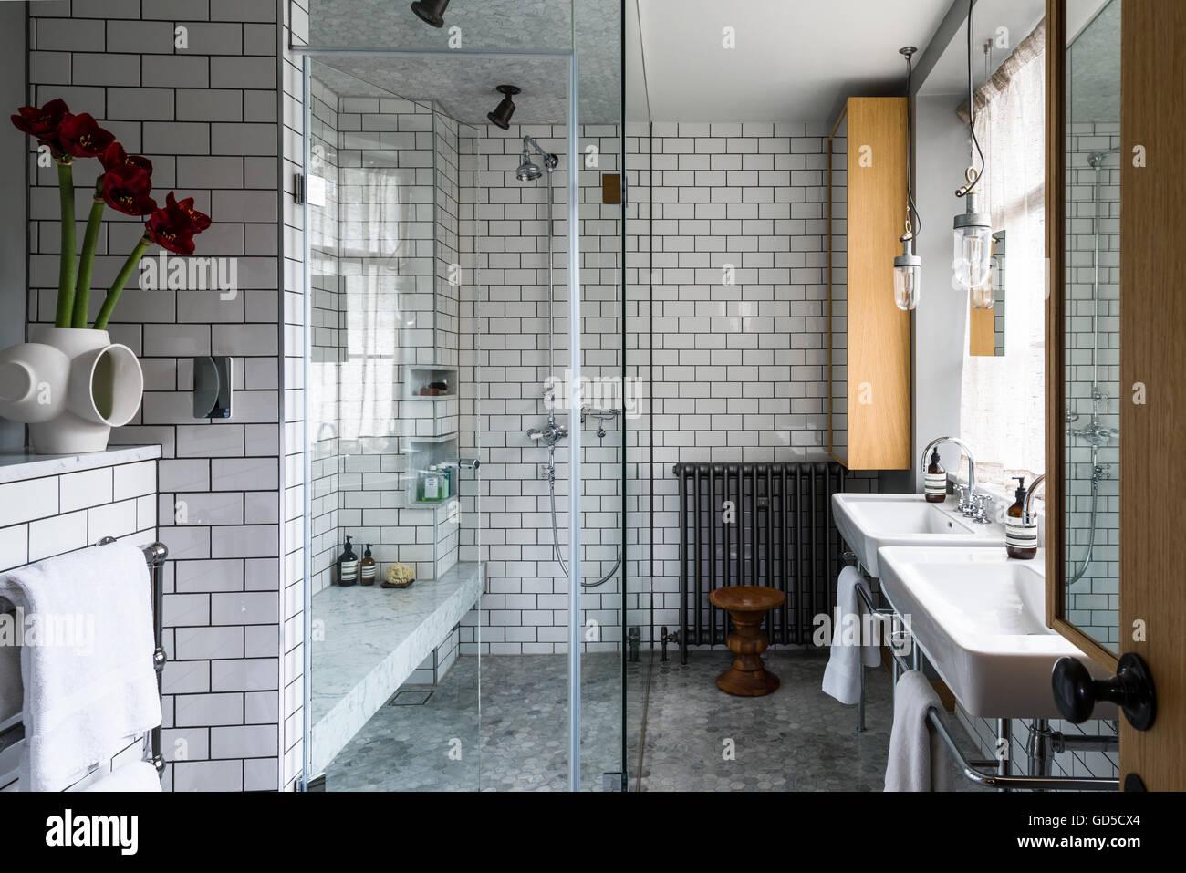 Waben Sie-Bodenbelag und u-Bahn Fliesen im Badezimmer mit ...
