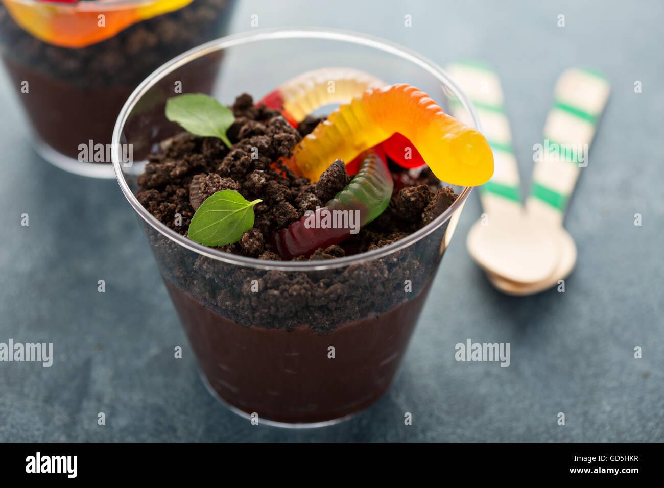Kinder Schokolade Dessert in einer Tasse Schmutz und Würmer Stockbild
