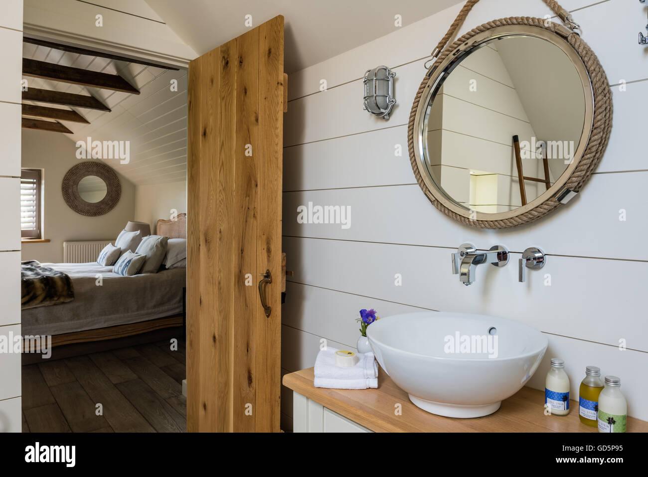 Malte weiß Holzbohlen und nautischen Stil Spiegel im Bad Stockfoto ...