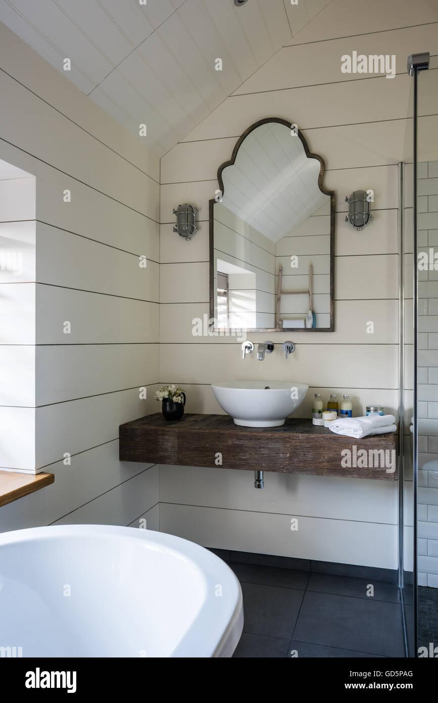Becken ruht auf Platte aus Holz im Badezimmer mit Wänden ...