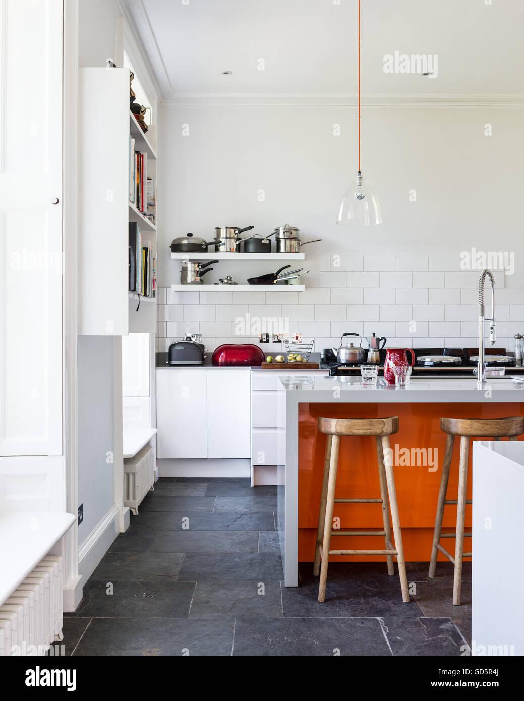 Hohe Decken Küche mit weißen Metro Kacheln und graue zerrissene Schieferboden. Stockbild