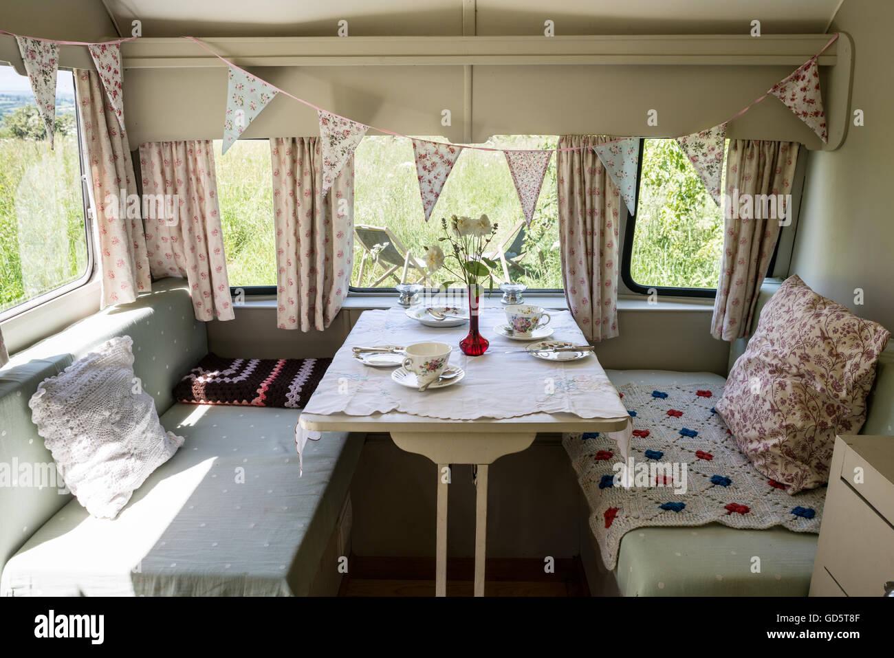 Sitzecke in einem Wohnwagen mit Retro-Interieur Stockfoto, Bild ...